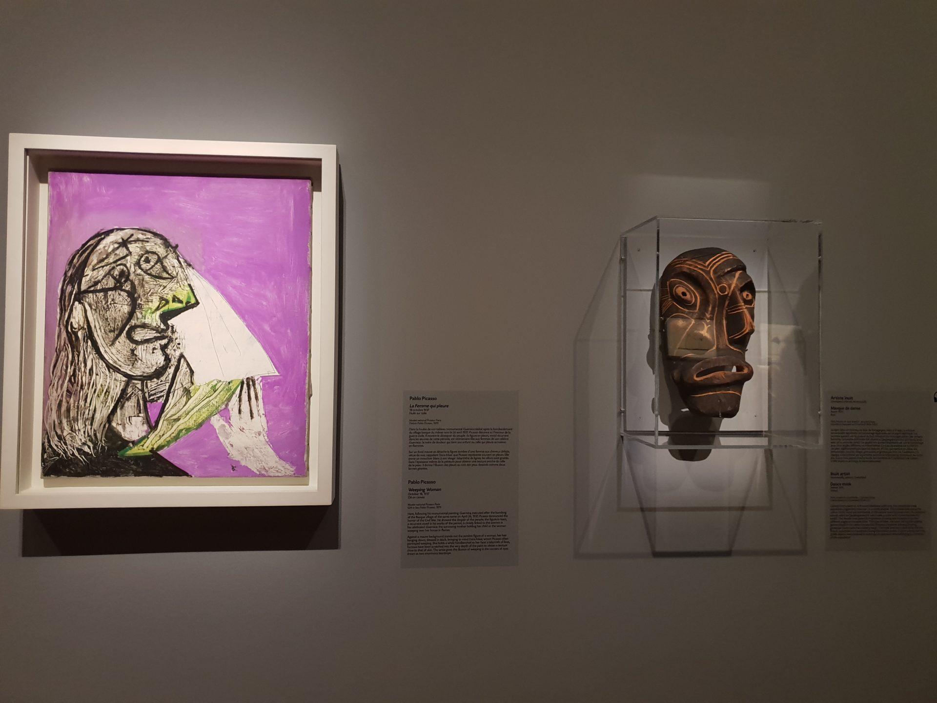 圖4 畢卡索〈哭泣的女人〉與因努特藝術家的〈舞蹈面具〉 (攝影者/陳佳利)