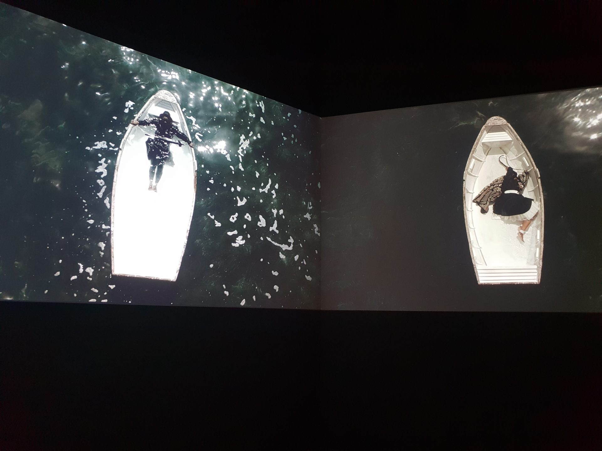 圖2 Mohau Modisakeng的錄像藝術〈中途〉,哀弔於奴隸販運中失去國家、認同與生命的非洲人 (攝影者/陳佳利)