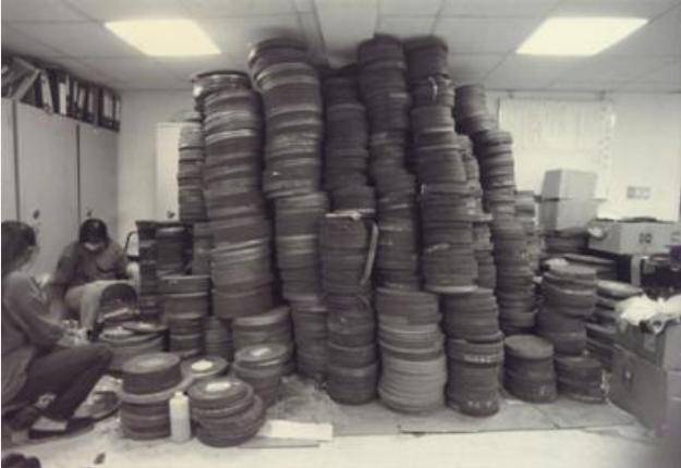 大量電影膠捲堆疊電影資料館辦公室(《電影欣賞》第79期,1996.1-2,頁74。圖片提供:財團法人國家電影中心研究組)