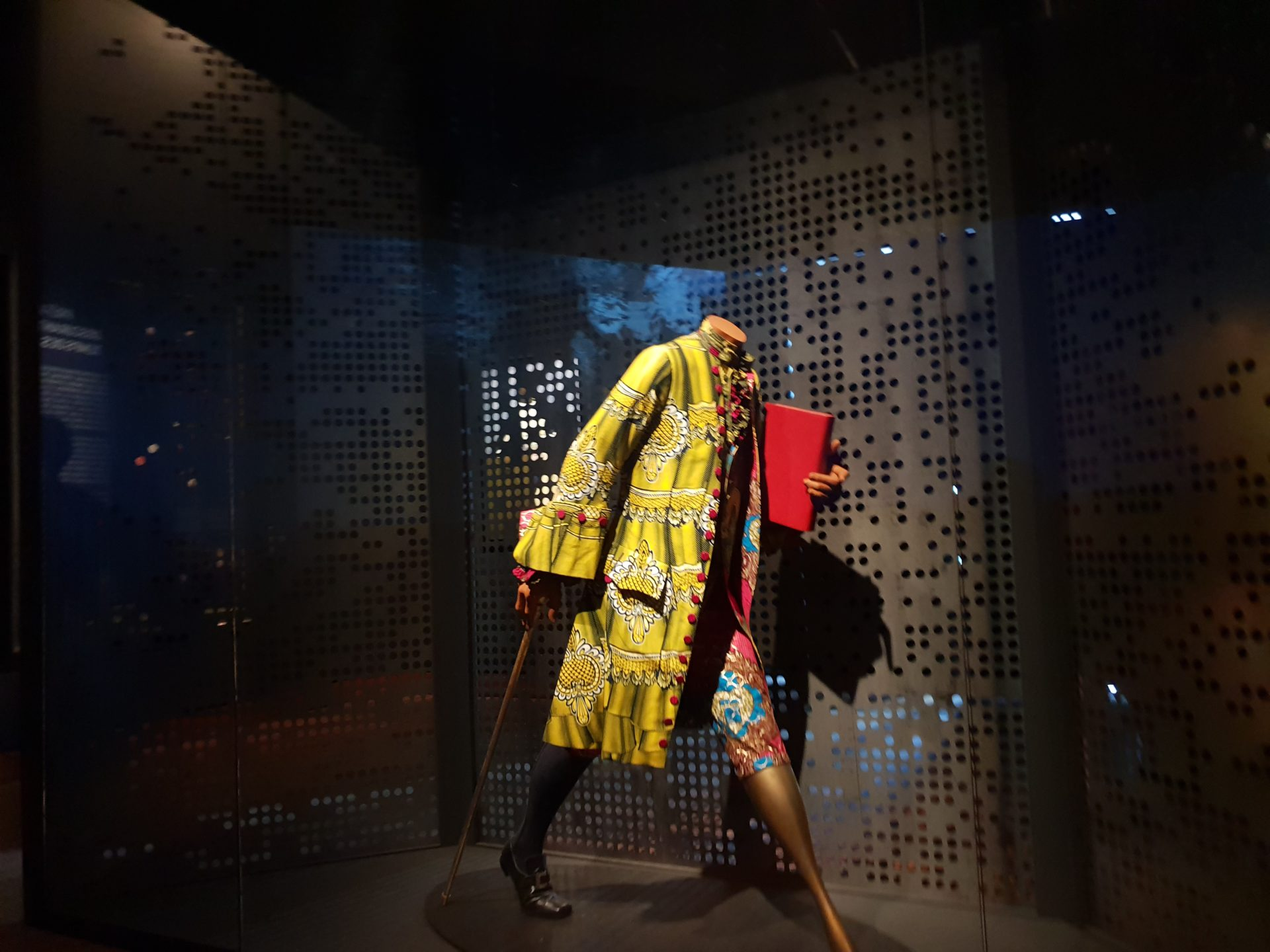 圖3 Yinka Shonibare MBE的雕塑作品〈啟蒙時代-伏爾泰〉,諷刺歐洲啟蒙精神的殘缺不全與缺乏道德良知 (攝影者/陳佳利)
