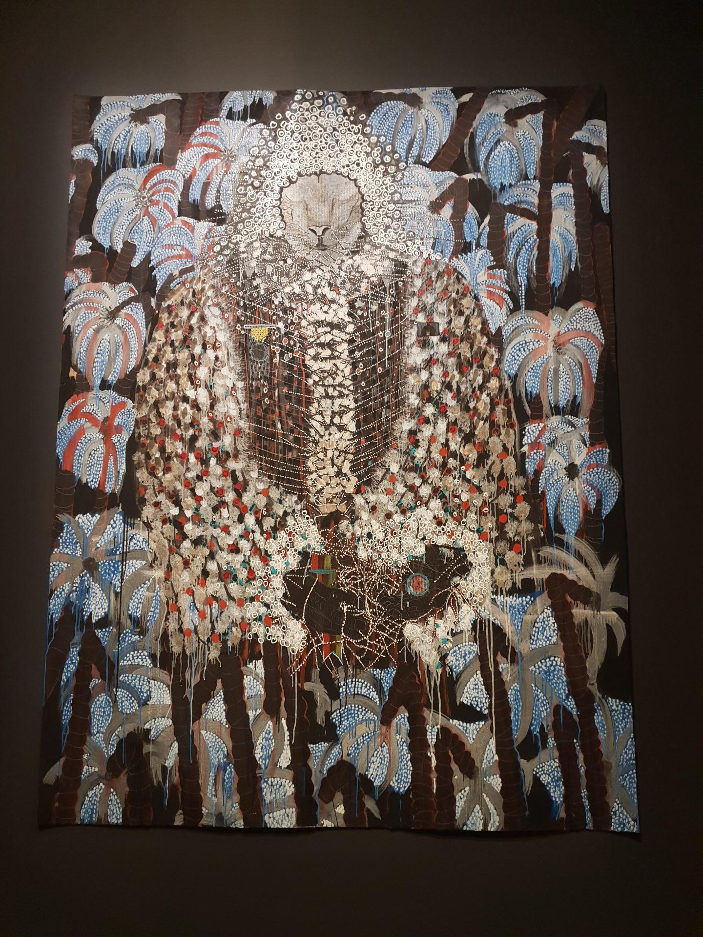 圖7 Omar Bar〈非洲、掠奪、樹、資源〉以人身上的枝葉花朵作為象徵,暗喻後殖民非洲與西方強權間的經濟依賴及資源掠奪關係 (攝影者/陳佳利)