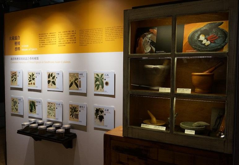 展間內部:香料聞香體驗與香料研磨工具展示櫃 (攝影/ 袁緒文)
