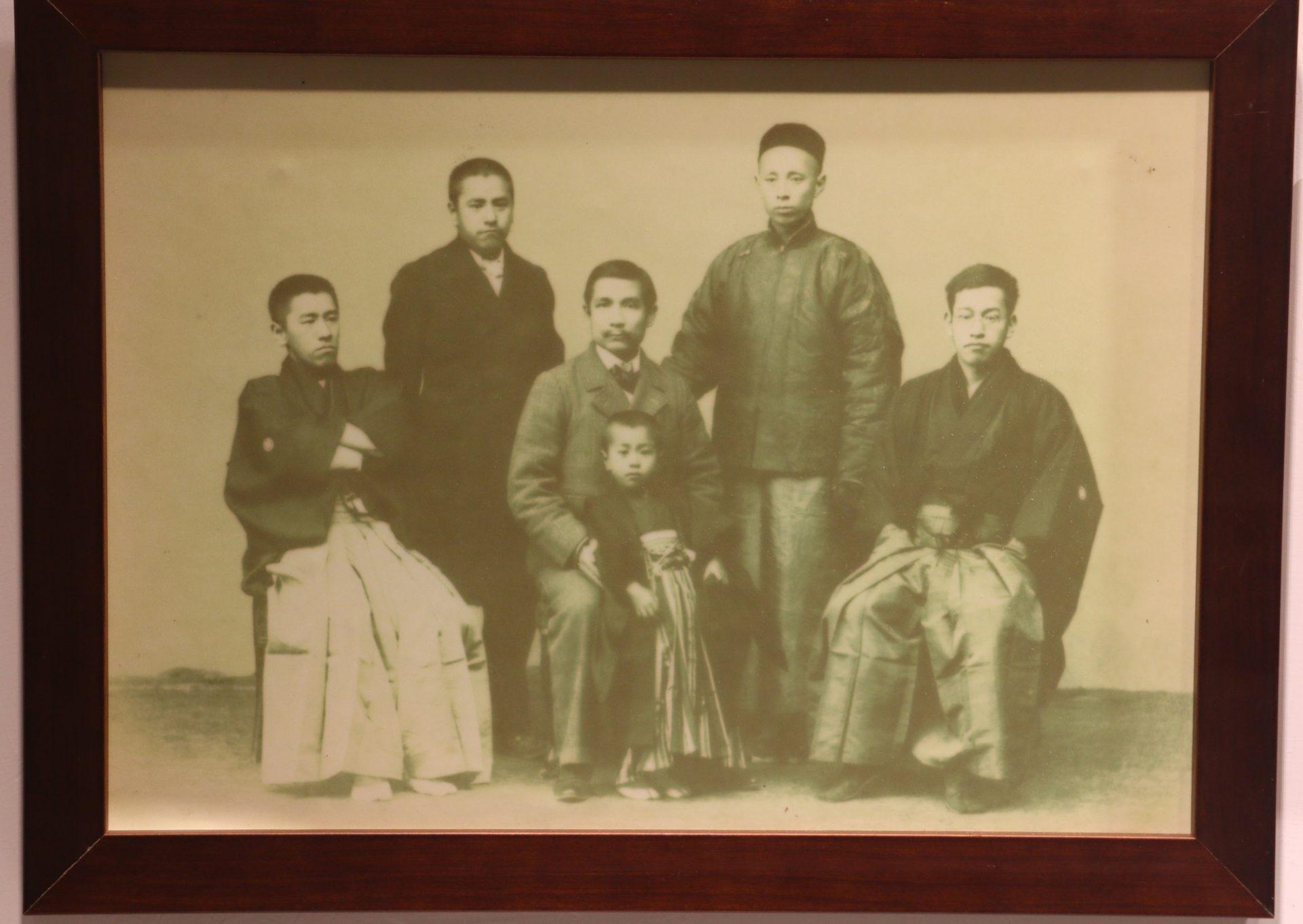 1901年孫中山訪和歌山縣,2月15日與南方熊楠一家人合影留下紀念照。後排左起南方熊楠、溫炳臣,前排左起南方常楠、抱著常楠長子常太郎的孫文、楠次郎。(翻攝/ 黃宗偉)