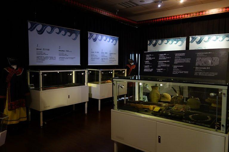 圖2:臺博館「大館帶小館」內建照明與濕度控制設施之小型展櫃與輕量型圖文版,佈展人力需求較低。