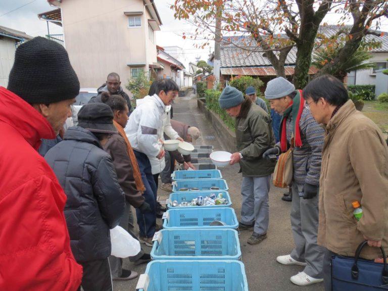 考證館的導覽旅行中,參與者進行垃圾分類體驗(平井京之介提供)