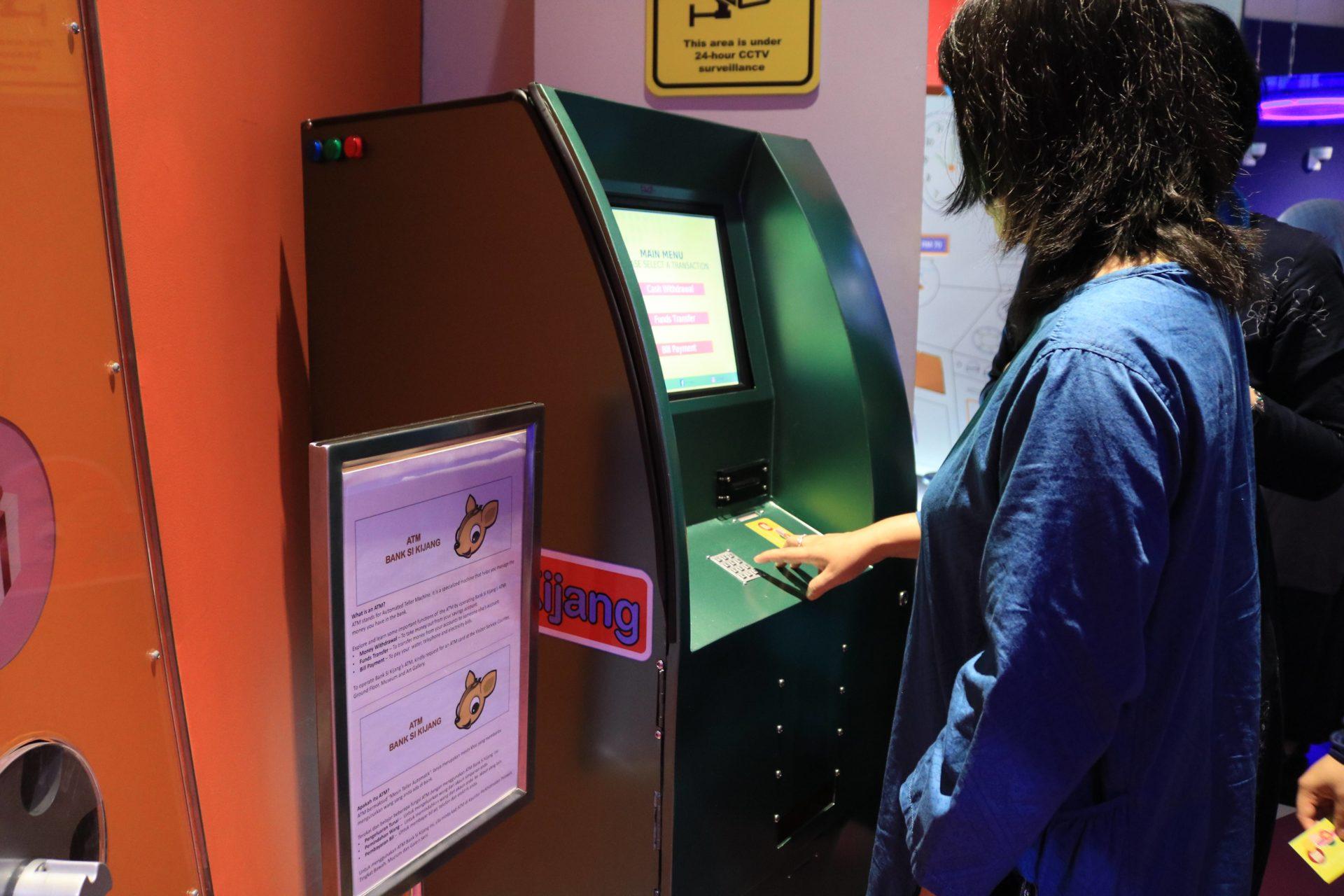 模擬ATM讓孩童學習存錢、提款與轉帳功能(余佩軒∕攝)