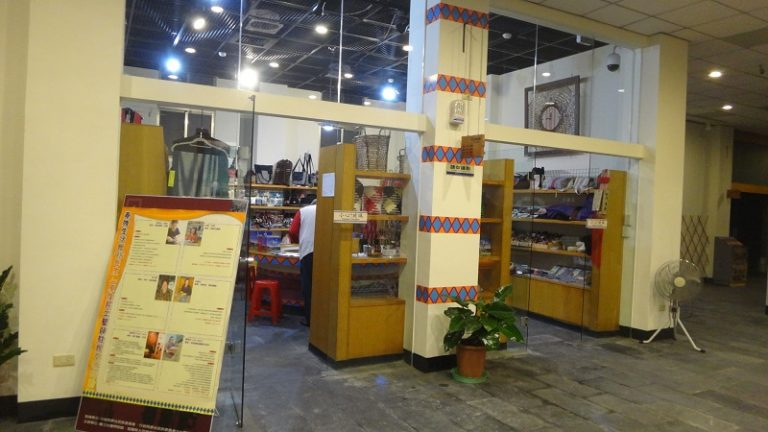 最早建置完善禮品坊的宜蘭縣大同鄉泰雅生活館 (李莎莉攝於2013.11.14)
