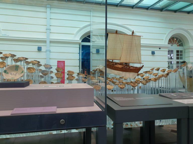 與沉船模型共同展出的瓷器