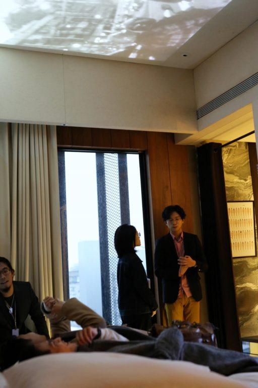 某些藝廊將作品展示於天花板上,參訪者必須躺在床上才能觀賞作品。