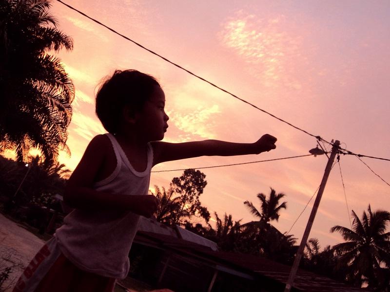 故事可以影響孩子對世界各地人、事、物的觀點,也可以讓孩子採取行動,造成改變。Photo byanwar siak (viaflickr;CC BY 2.0)