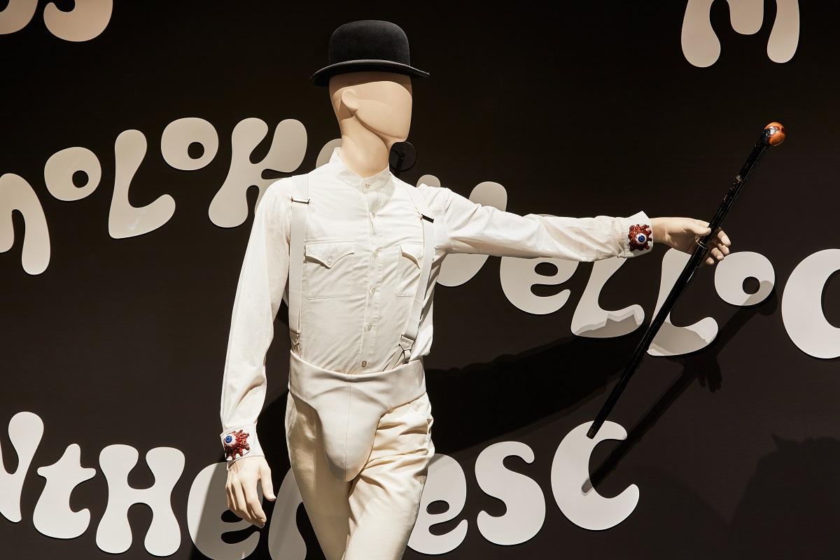 影史經典的《發條橘子》為展覽焦點之一,此人形為電影中使用的道具模型。Image courtesy of the Design Museum, London.