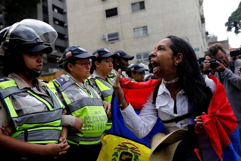 委內瑞拉正陷入當代史上最嚴重的人道危機,2017年該政府對於抗爭民眾的鎮壓行動便造成逾一百二十人死亡 (Caracas, Venezuela May 6, 2017. REUTERS/Carlos Garcia Rawlins)