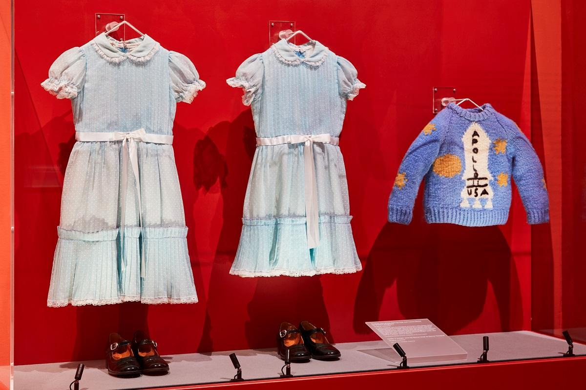 《鬼店》中男主角傑克所使用的打字機、雙胞胎的水藍色洋裝與小男孩身穿的毛衣同時展出。Image courtesy of the Design Museum, London.