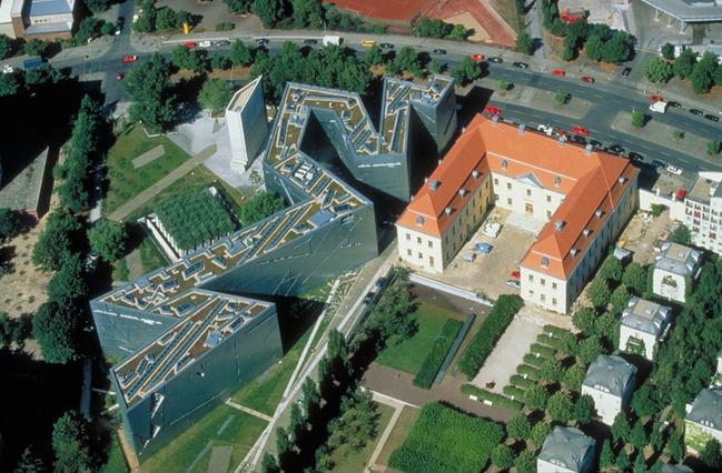 柏林猶太博物館基地鳥瞰圖,之字形新建大樓為建築師Daniel Libeskind代表作 (攝/ Guenter Schneider, viaWikimedia Commons,CC BY 3.0)
