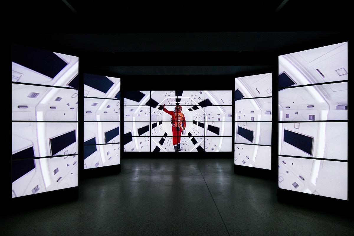 庫柏力克展覽由倫敦設計博物館主辦,展場入口以多頻道螢幕回顧其歷年作品的經典畫面,配上《2001太空漫遊》的經典音樂,邀請觀眾進入庫柏力克的電影世界。圖片提供:倫敦設計博物館。Image courtesy of the Design Museum, London.
