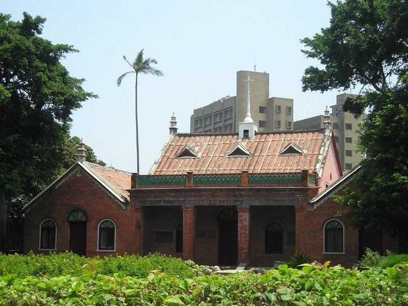 馬偕所創「牛津學堂」 (攝/Kamakura@wiki;CC BY-SA 3.0),為今真理大學之前身,馬偕的蒐藏品除了見藏於真理大學,亦有部分隨馬偕回到家鄉加拿大,藏於皇家安大略博物館