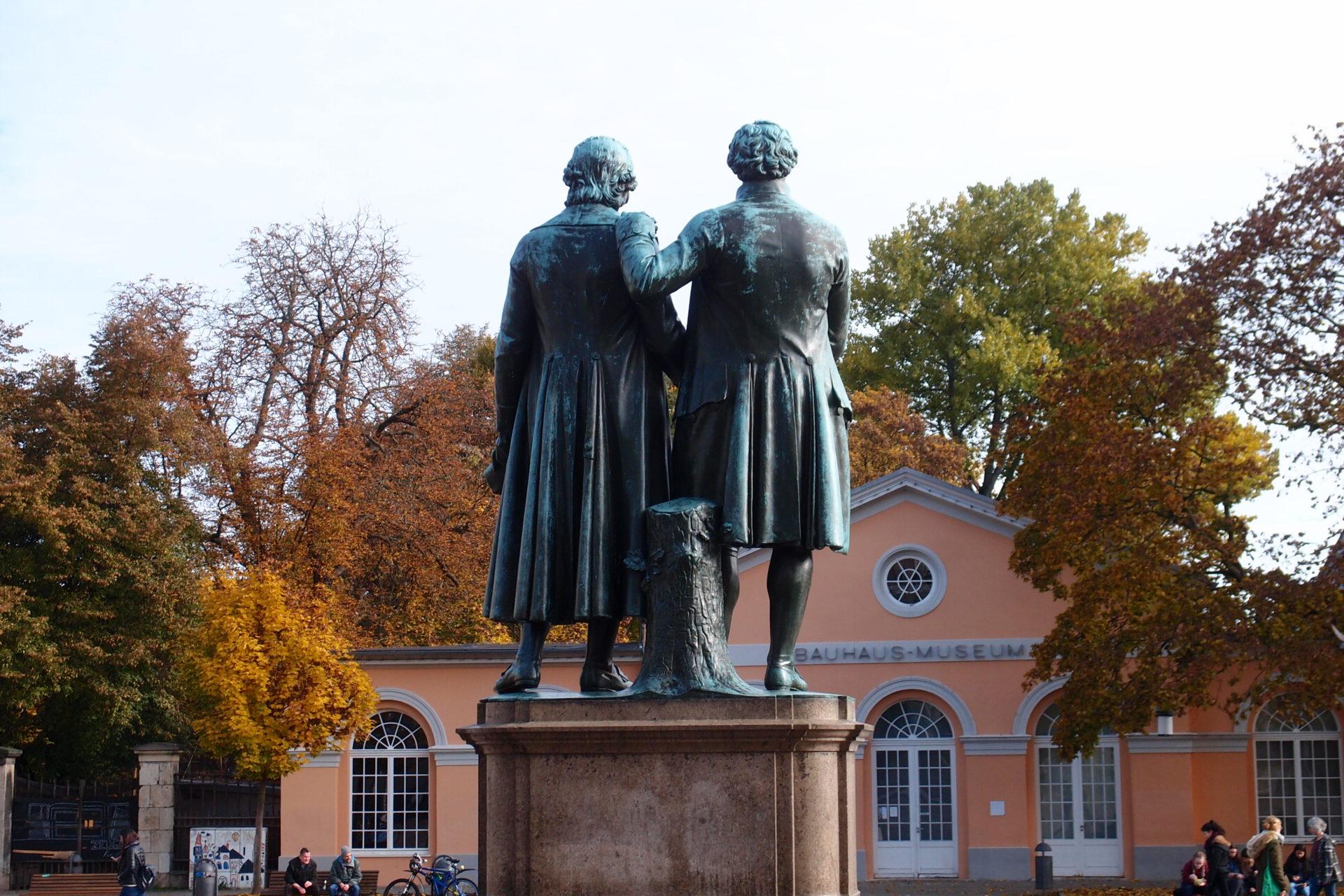 威瑪包浩斯博物館原在Weimar Theaterplatz 劇院廣場內,廣場內佇立著歌德與席勒雕像
