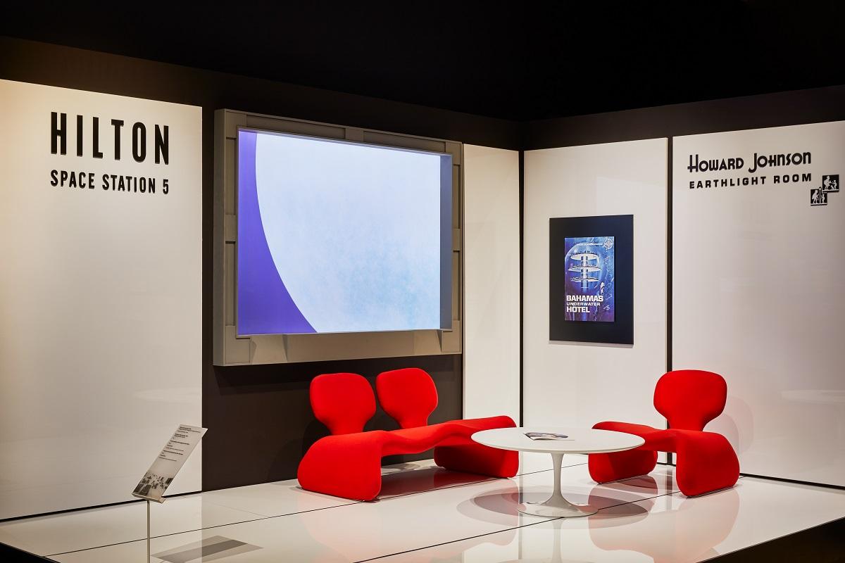 電影《2001太空漫遊》中的希爾頓太空站佈景設計與道具。Image courtesy of the Design Museum, London.