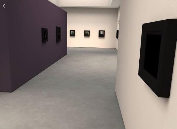 進入AR 展館,維梅爾的畫作已按主題分區掛在牆上,接著就像玩Google Map小黃人或Google虛擬博物館一樣,用走動或手指在螢幕點擊滑動即可在虛擬展區遊走觀畫。iPad螢幕截圖 (作者提供)。