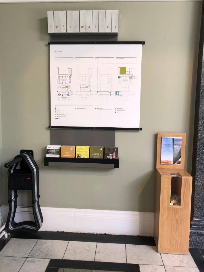 曼徹斯特Whitworth Art Gallery大廳一隅:座椅 (左方摺凳) 如同導覽摺頁和地圖,是人人可取用的配備(辛治寧/攝)